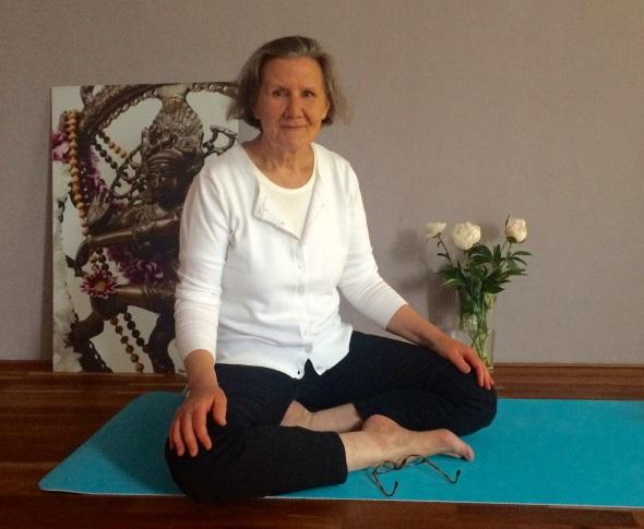 Anne Roth auf Yogamatte -YogaCircle Berlin