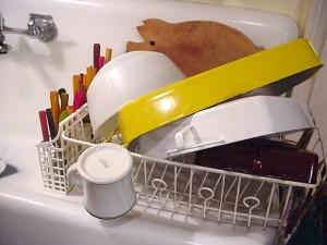 Abgewaschenes Geschirr in Abtropfgitter