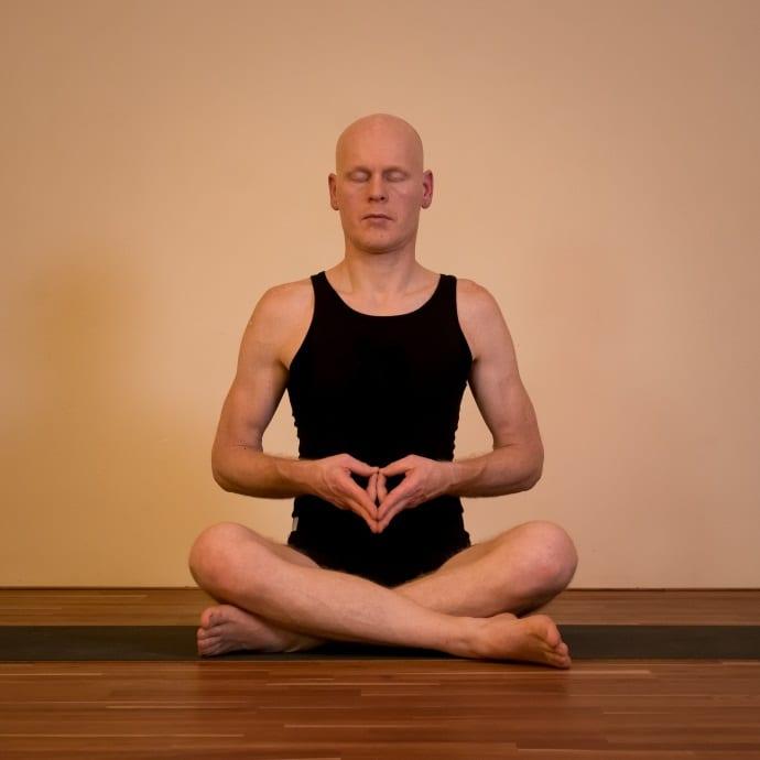 Dipl. Sportwiss. Thomas Bessel unterrichtet Krankenkassenkurse, ist Ausbilder für Yogalehrer und gibt Kurse wie Hormonyoga für Männer